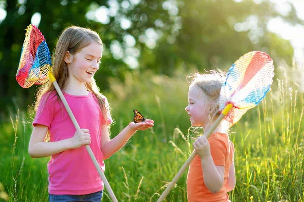 Don't settle for boring Spring activities! Instead bond with your kids by doing these memorable & inexpensive outdoor Spring activities for kids & parents. #spring #springactivities #springactivitiesforkids #kidactivities